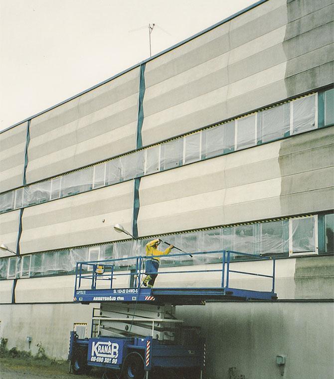 Fasadtvätt på fastighet med betongfasad i Stockholm